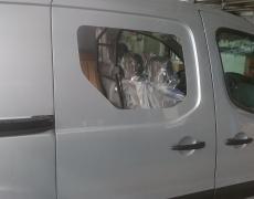 Inbouw zijruit kleine bestelwagen